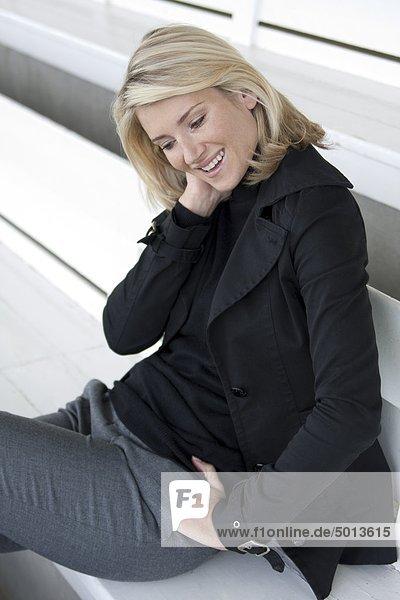 Blonde Frau in schwarzer Jacke