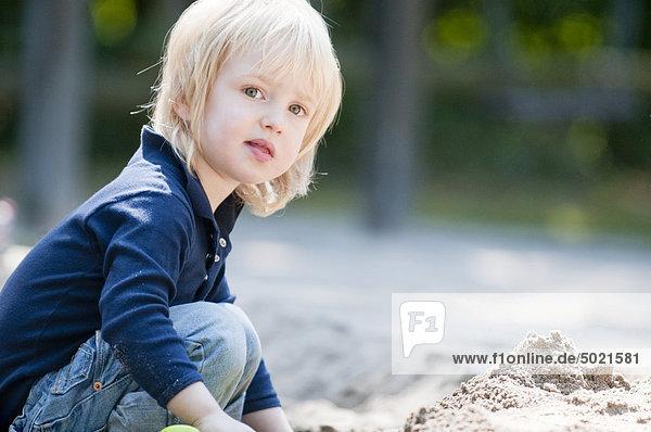 Blondes Mädchen auf dem Spielplatz Blondes Mädchen auf dem Spielplatz