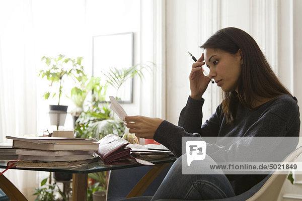 Frau überprüft ihre Finanzen