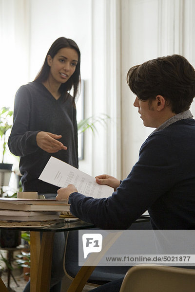 Mann diskutiert Vertrag mit seiner Frau