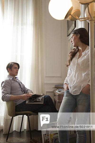 Ein Paar,  das zu Hause miteinander redet.