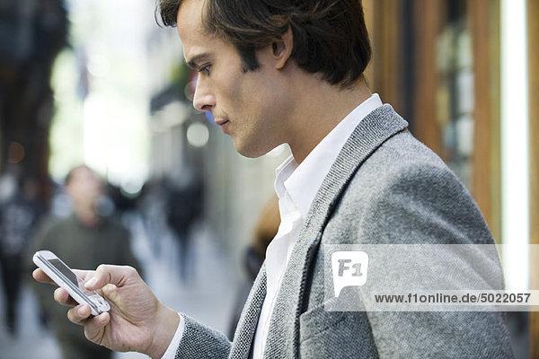 Mann Textnachrichten im Freien