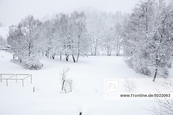 Schneebedeckter Spielplatz