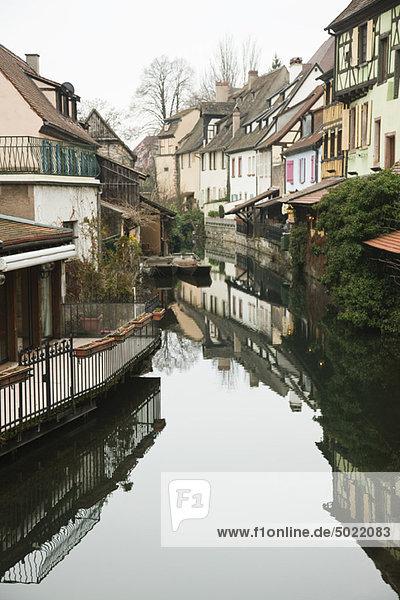 Frankreich  Colmar  Petite Venise  Häuser entlang des reflektierenden Kanals
