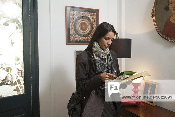 Frau öffnet ihre Post