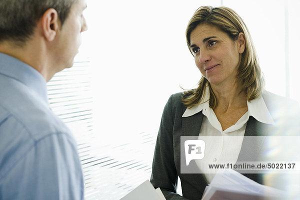 Geschäftsfrau im Gespräch mit Kollegen