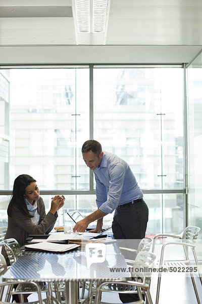 Kollegen diskutieren über die Arbeit