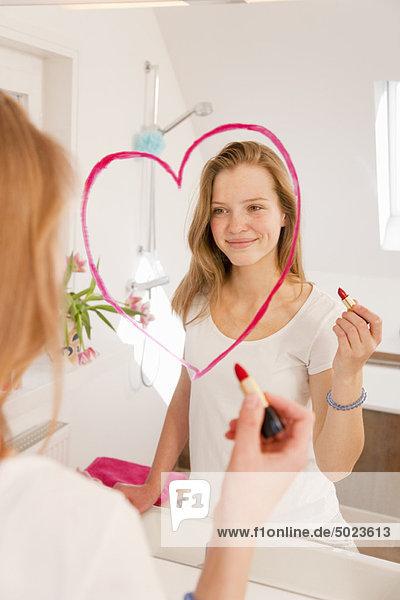 Teenager Mädchen Zeichnung Herz in Lippenstift