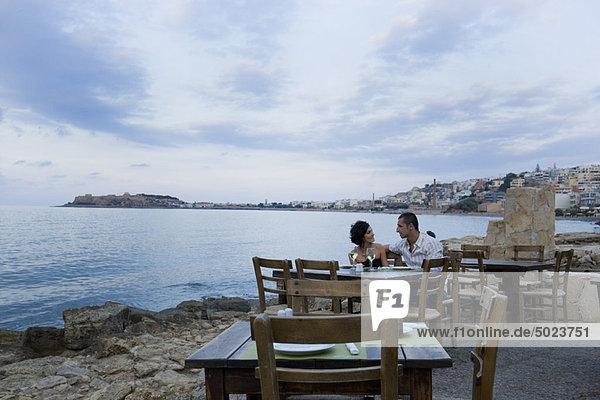 Ein Paar sitzt am Hafencafé