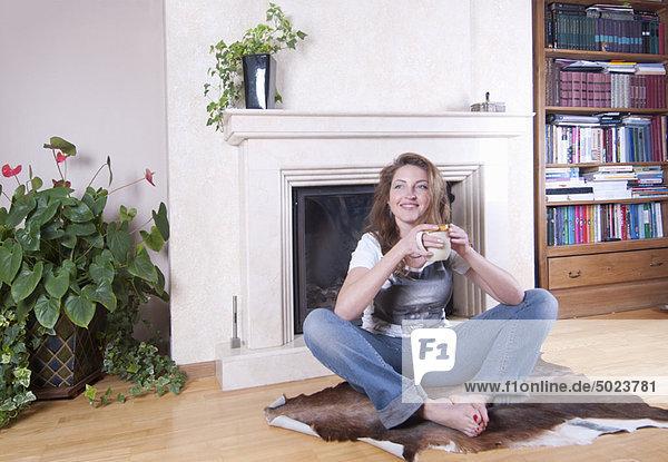 Frau  Tasse  Zimmer  Kaffee  Wohnzimmer