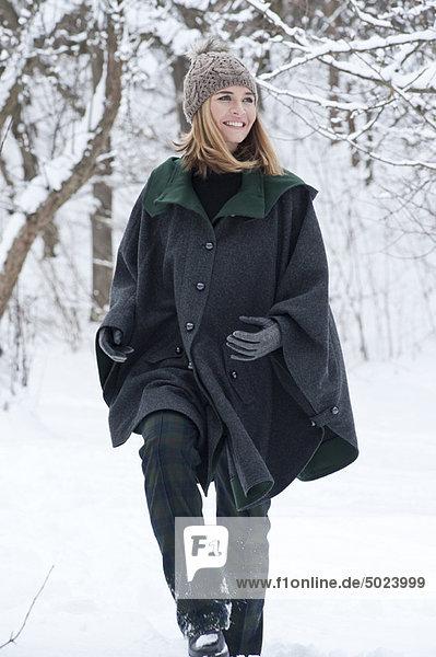 Frau  gehen  schwer  Schnee