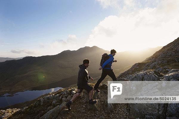 Männer beim Wandern auf felsigen Berghängen