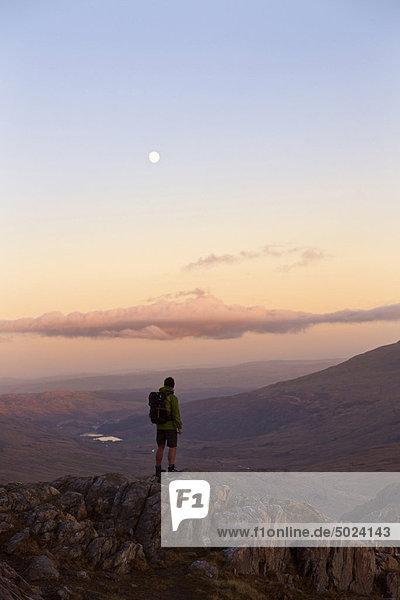 Mann bewundert Bergblick