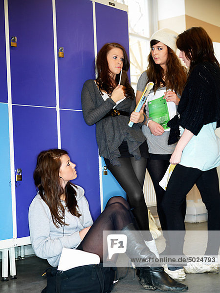 Gruppe von teenage Girls chattest von Schließfächer in School Flur
