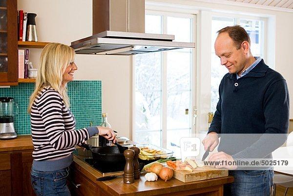Paar in Küche kochen