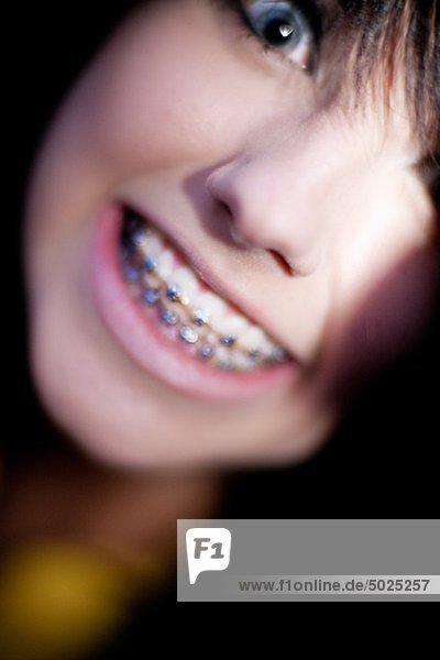 Porträt von Teenagerin grinsend