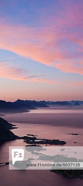 Berggipfel  Gipfel  Spitze  Spitzen  Sonnenuntergang  über  Norwegen  Insel  Ansicht  Lofoten  Reine
