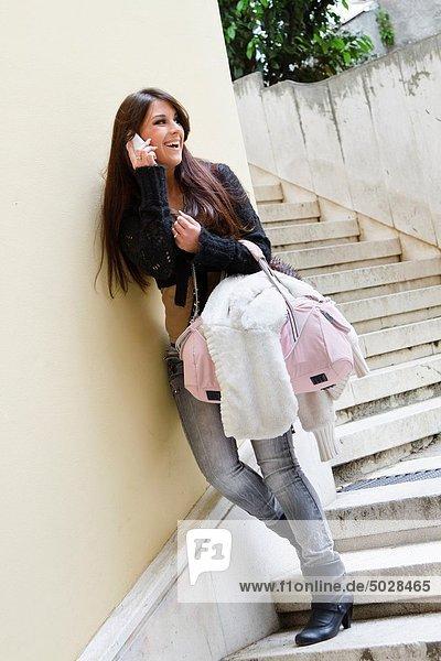 Handy  Attraktivität  Frau  sprechen  lächeln  Treppenhaus  jung