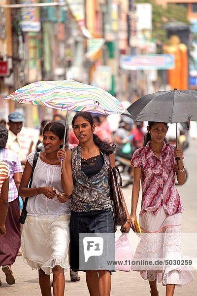 Frau  Regenschirm  Schirm  kaufen  jung  Galle  modern  Sri Lanka