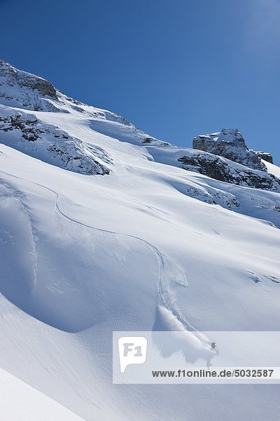 Skifahrer Skifahren auf durch Hang