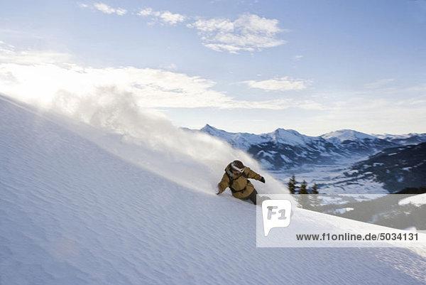 Snowboarder in der Abfahrt  Tannheimer Tal  Tirol  Österreich