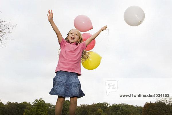 Glückliches Mädchen mit Luftballons  München  Bayern  Deutschland