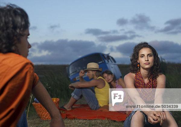 Gruppe junger Leute macht ein Picknick