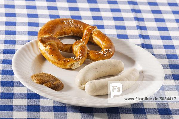 Teller mit Weißwurst und Brezel