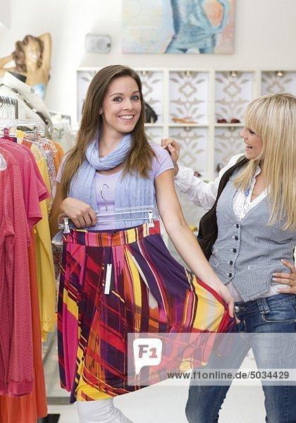 Zwei fröhliche junge Frauen in einer Boutique