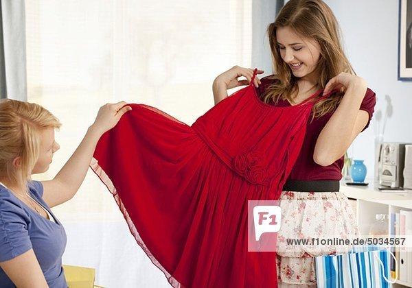 Zwei Teenagerinnen mit rotem Kleid