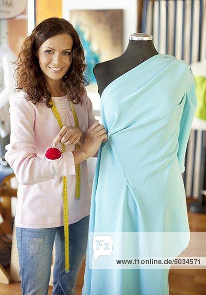 Schneiderin arbeitet an elegantem Kleid