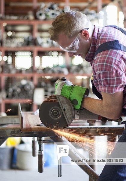 Metallarbeiter arbeitet mit einer Kreissäge