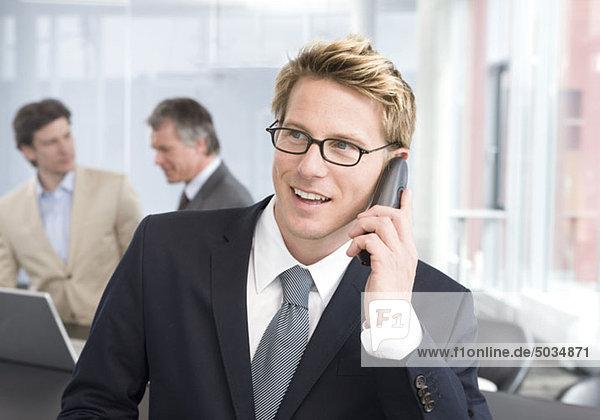 Geschäftsmann telefoniert im Büro