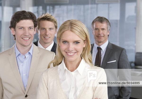 Vier lächelnde Geschäftsleute im Büro