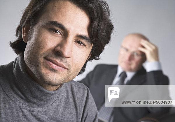 Portrait eines Mannes  zweiter Mann im Hintergrund