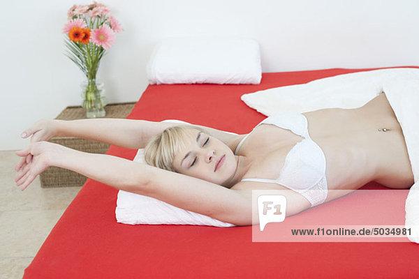 Frau liegt im Bett  München  Bayern  Deutschland