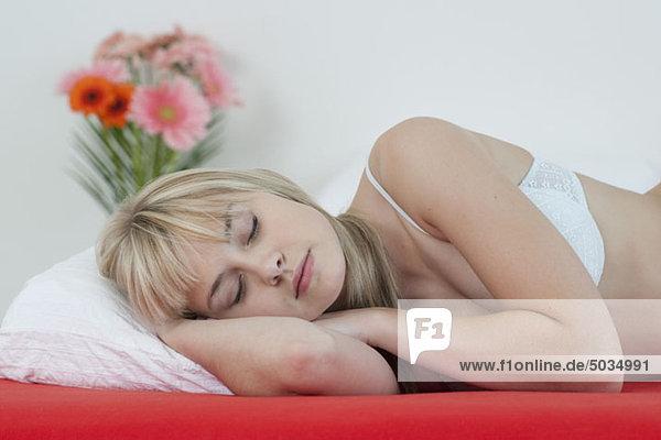 Frau schläft im Bett  München  Bayern  Deutschland