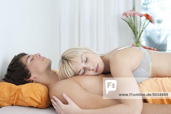 Paar schläft im Bett  München  Bayern  Deutschland