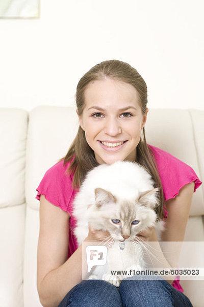 Glückliche Teenagerin mit Katze  München  Bayern  Deutschland