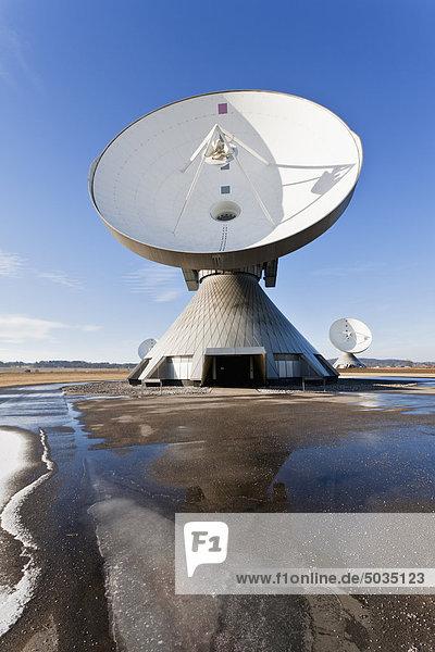 Deutschland  Bayern  Raisting  Antennenansicht an der Bodenstation mit Schneeschmelze im Vordergrund