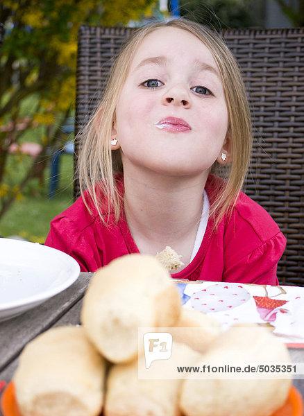 Mädchen essen  lächeln  Portrait