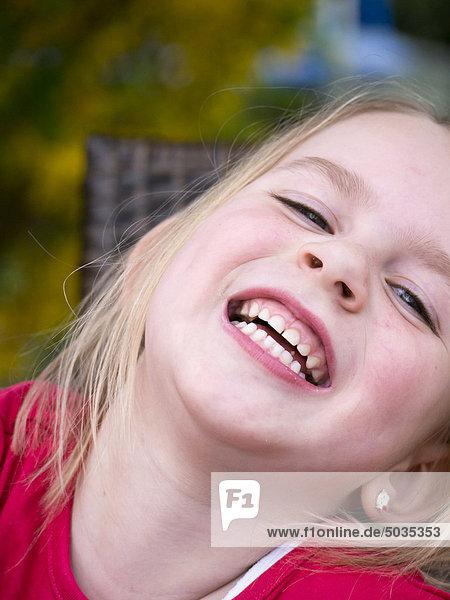 Nahaufnahme eines lachenden Mädchens  Porträt