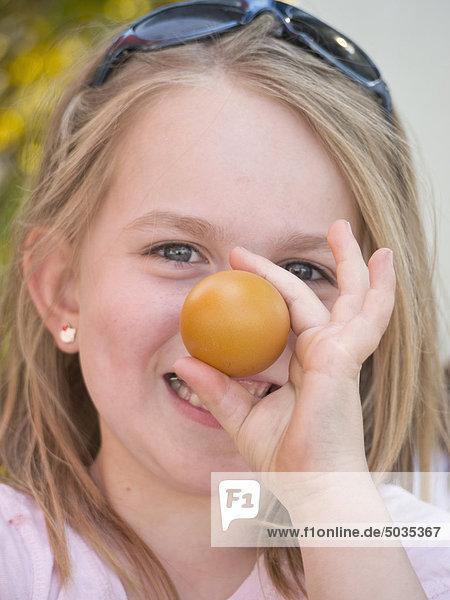 Nahaufnahme eines Mädchens mit Ostereiern  lächelnd  Porträt