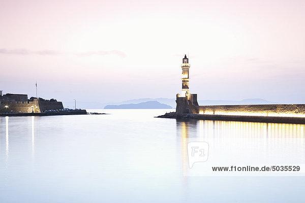 Griechenland  Kreta  Chania  Blick auf den Hafen bei Dämmerung