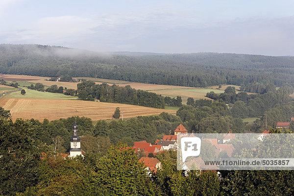 Deutschland  Bayern  Unterfranken  Rhön  Willmars  Blick auf Gebäude mit Bergen