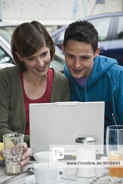 Mann und Frau mit Laptop