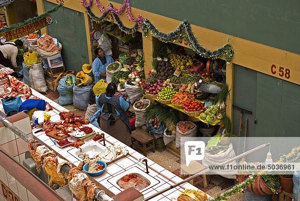 Fleisch und frische Gemüse wird auf dem Markt  Puno  Peru verkauft