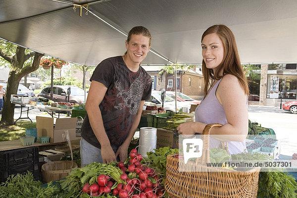 Junge Frau Einkauf Gemüse zu ein Bauernmarkt  Whitby  Ontario  Kanada