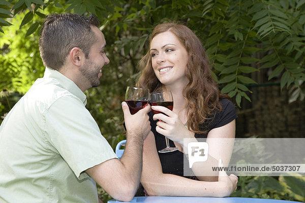 Fröhlichkeit Tag Glas Sommer Wein Garten jung