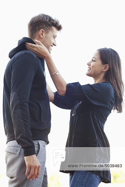 Junge Frau beim Anpassen der Männerkleidung